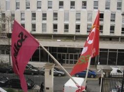 Les drapeaux de Solidaires et de la CGT flottent sur l'ENS